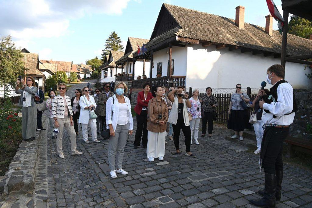 Herczegh Anita, Áder János köztársasági elnök felesége és a Magyarországon akkreditált misszióvezetők házastársai Hollókőn 2020. szeptember 24-én (Fotó: MTI/Bruzák Noémi)