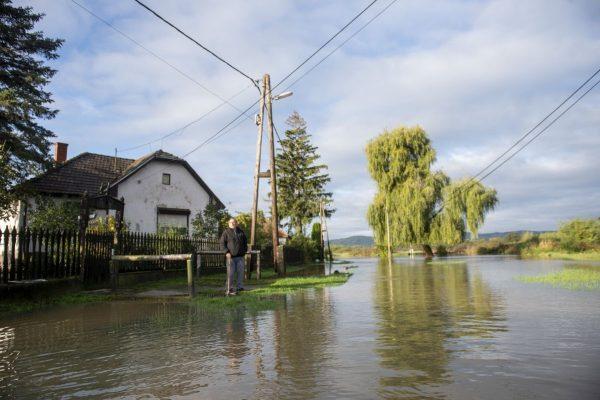 Az Ipoly áradása miatt vízzel borított Kossuth út Ipolytarnócon 2020. október 15-én (Fotó: MTI/Komka Péter)