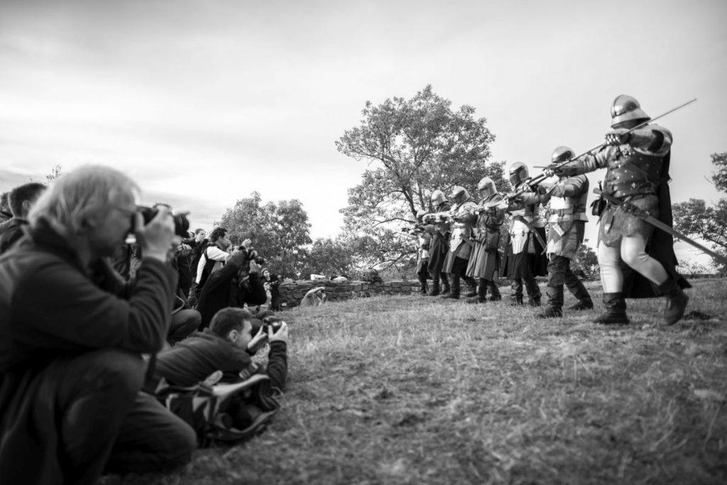 Fotósok és páncélos lovagok Salgó várában (Fotó: Bakos Eszter Mirtusz)