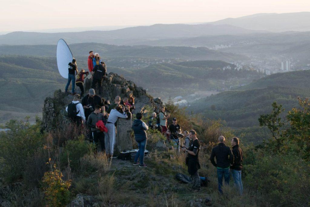 Fotósok és modellek a Kis-Salgó (Boszorkány-kő) csúcsán, Hajas Tamás legjobb pénteki werkfotónak választott felvételén (Fotó: Hajas Tamás)