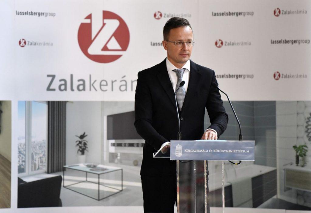Szijjártó Péter beszédet mond a Zalakerámia Zrt. beruházástámogatói okiratának átadásán (Fotó: MTI/Máthé Zoltán)