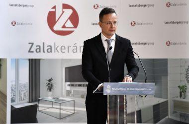 Szijjártó Péter külgazdasági és külügyminiszter beszédet mond a Zalakerámia Zrt. beruházástámogatói okiratának átadásán Romhányban 2020. október 20-án. MTI/Máthé Zoltán