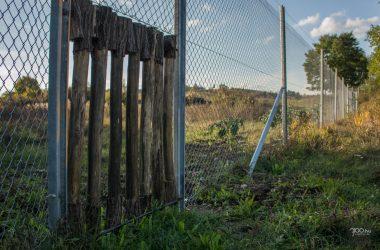 3100.hu Fotó: Egyirányú vadkapu mintadarabja a 21-es út melletti kerítésbe építve, Salgótarján határában