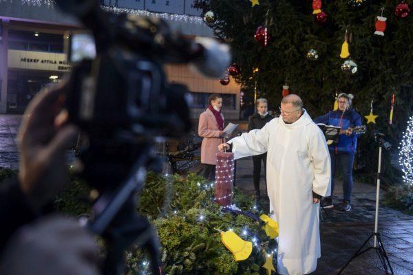 Varga András, a Salgótarjáni Katolikus Főplébánia esperes-plébánosa az első adventi gyertya meggyújtásának televíziós felvételén Salgótarján főterén (Fotó: MTI/Komka Péter)