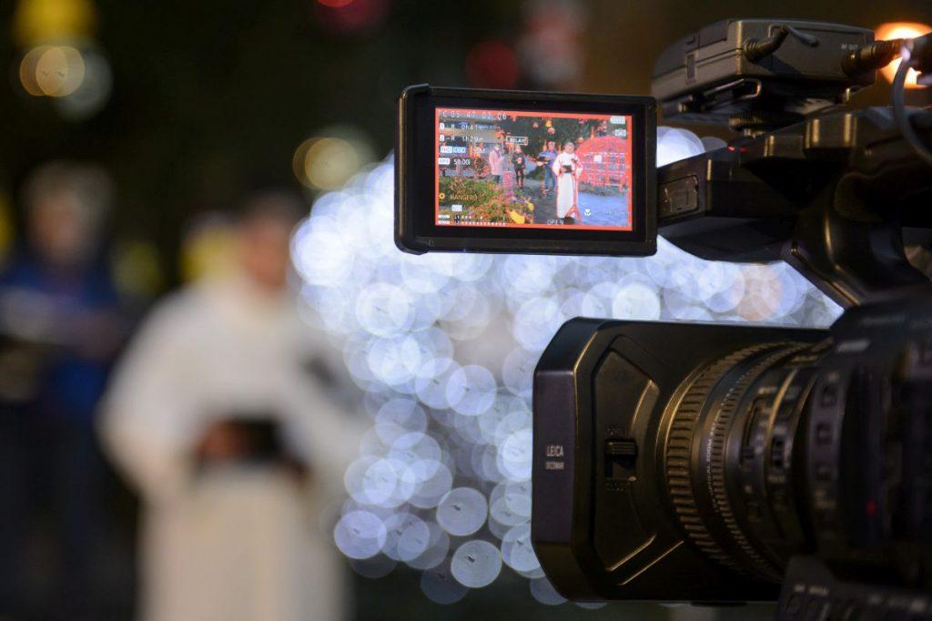Varga András, a Salgótarjáni Katolikus Főplébánia esperes-plébánosa látszik egy kamera kijelzőjén az első adventi gyertya meggyújtásának televíziós felvételén Salgótarján főterén 2020. november 28-án (Fotó: MTI/Komka Péter)