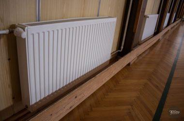 A mátranováki iskolában már megvalósult a homlokzati nyílászárók cseréje, a homlokzati falak és a padlásfödém hőszigetelése. Az épületben található korszerűtlen gázkazánokat kondenzáció kazánokra cserélték, melyet programozható fűtésszabályozás egészít ki. A radiátorokra termosztatikus szelepeket szereltek. (Fotó: 3100.hu)
