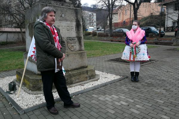 3100.hu Fotó: Okos Márton, a Báthory-Bem Hagyományőrző Egyesület elnöke a fejedelem salgótarjáni szobra előtt
