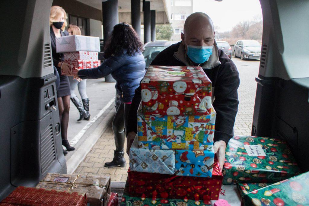 """Idén 111 gyermek karácsonyát teszi boldogabbá egy-egy """"doboznyi szeretet"""" a kormányhivatal munkatársai jóvoltából (Fotó: Nógrád Megyei Kormányhivatal)"""