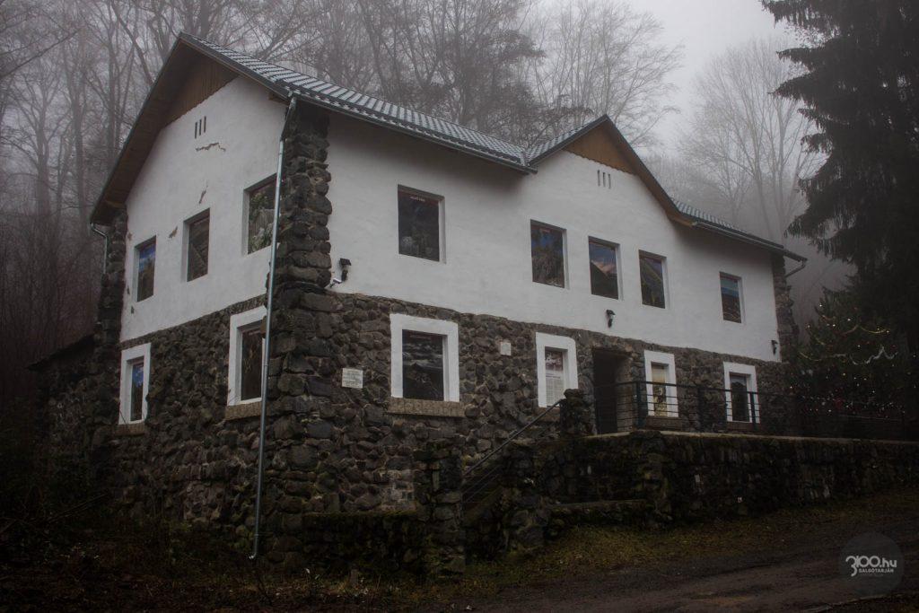 3100.hu Fotó: Őszi ködben a Dornyay turistaház, 2020. december 15-én