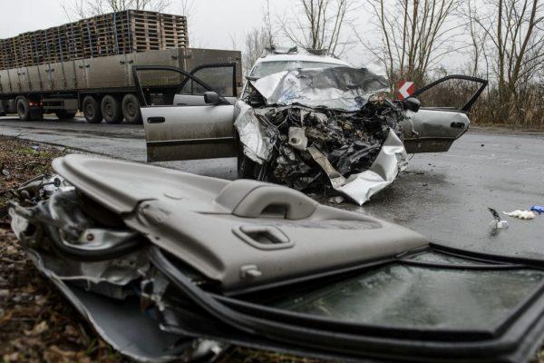 Összeroncsolódott gépjárművek a 23-as úton, ahol egy kamion és egy személygépkocsi ütközött össze Nemti közelében 2020. december 16-án (Fotó: MTI/Komka Péter)