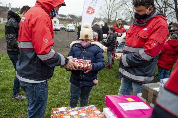 A Máltai Szeretetszolgálat önkéntese ajándékcsomagot ad át Nógrádszakálban 2020. december 15-én. (Fotó: MTI/Komka Péter)