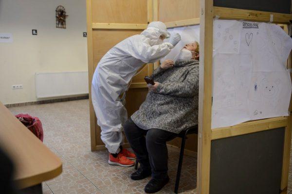 Koronavírusteszthez vesz mintát a Semmelweis Egyetem hallgatója egy gyermekvédelemben dolgozó munkatárstól a Nógrád Megyei Kormányhivatal vizsgacentrumában Salgótarjánban, 2021. január 16-án (Fotó: MTI/Komka Péter)