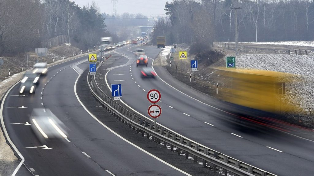 Az M2-es autóút gödi lehajtója (Archív fotó: MTI/Kovács Tamás)