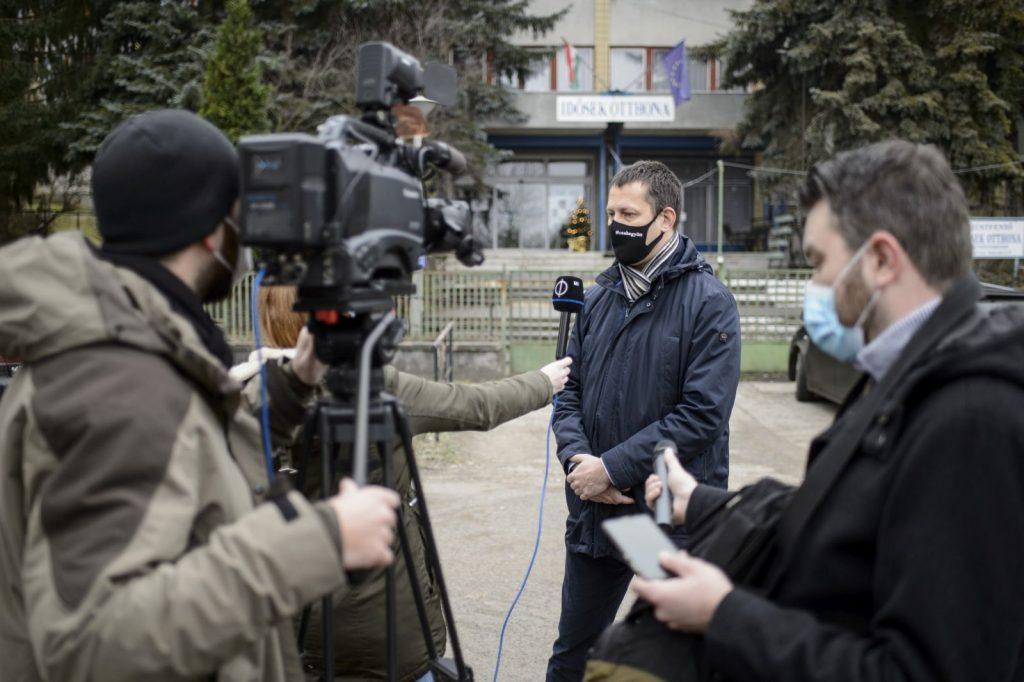 Fülöp Attila, az Emberi Erőforrások Minisztériumának szociális ügyekért felelős államtitkára nyilatkozik a sajtónak a bátonyterenyei Nógrád Megyei Ezüstfenyő Idősek Otthona előtt (Fotó: MTI/Komka Péter)