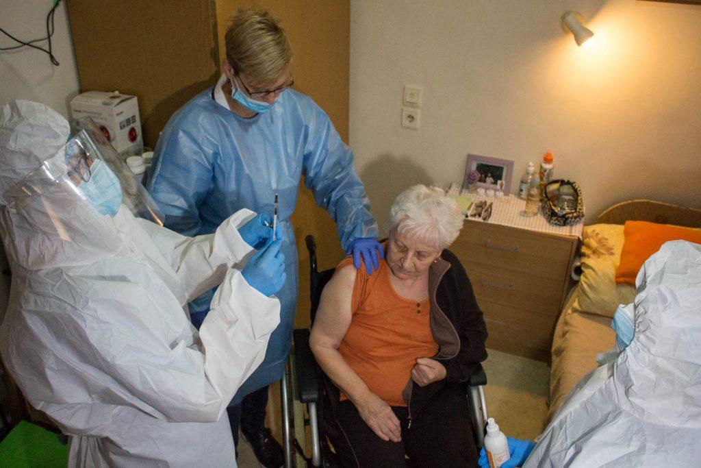Megkapja egy bentlakó a Pfizer-BioNTech koronavírus elleni vakcináját a bátonyterenyei Nógrád Megyei Ezüstfenyő Idősek Otthonában 2020. január 10-én (Fotó: Nógrád Megyei Kormányhivatal)