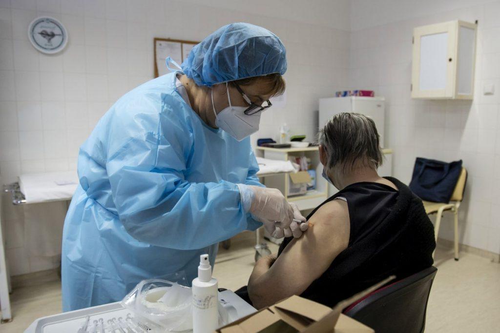 A Pfizer-BioNTech koronavírus elleni vakcina első adagjával oltanak be egy lakót a Pásztói Gondozási Központ Idősek Otthonában 2021. január 29-én (Fotó: MTI/Komka Péter)