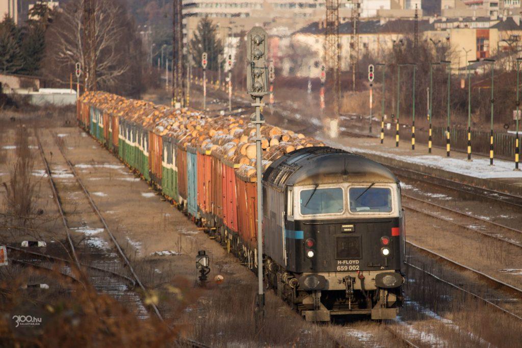 3100.hu Fotó: A probléma megoldását követően indulásra váró tehervona Salgótarján Külső vasútállomáson