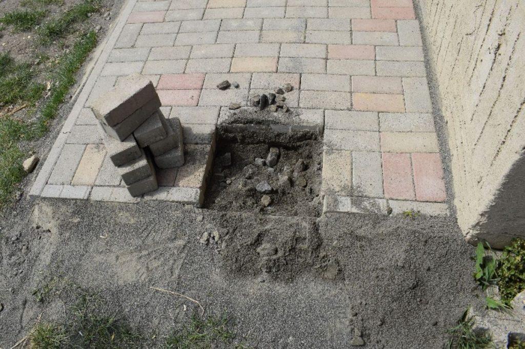 A vasúti pályatestből lopott kövek felhasználásával készült járdaalap (Fotó: Nógrád Megyei Rendőr-főkapitányság)