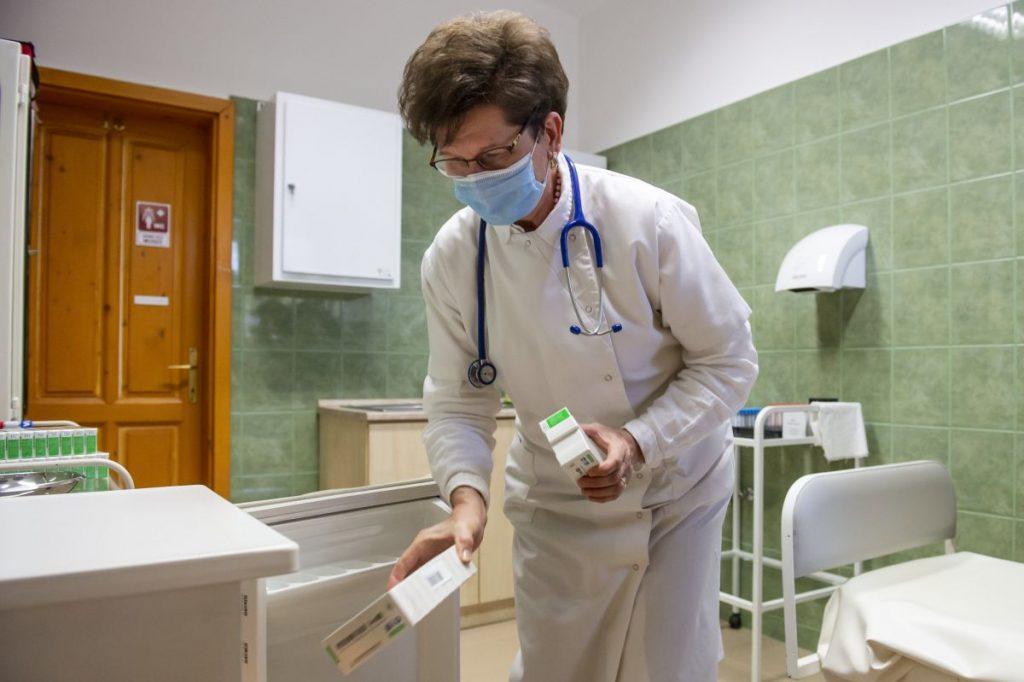 Dr. Szabó Judit háziorvos a hűtőbe teszi a kínai Sinopharm koronavírus elleni oltóanyagát mátranováki rendelőjében 2021. február 24-én (Fotó: MTI/Komka Péter)