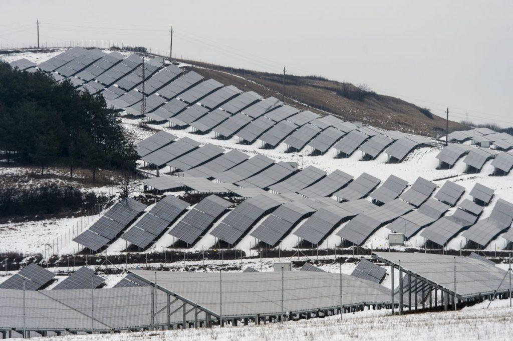 A napelempark 11 ezer család villamosenergia ellátását biztosítja majd legalább 25 éven keresztül. (Fotó: MTI/Komka Péter)