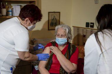 Juhászné Oláh Mária fõnõvér beolt egy lakót a Pfizer-BioNTech koronavírus elleni vakcinájának második adagjával a balassagyarmati Túrmezei Erzsébet Evangélikus Szeretetszolgálat idõsotthonában (Fotó: MTI/Komka Péter)