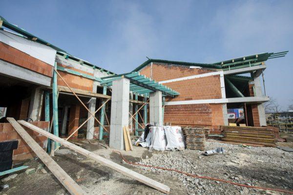 A Balassagyarmati Honvédelmi Sportközpont építési munkálatai jól haladnak, így akár szeptemberre elkészülhet az épület. (Fotó: MTI/Komka Péter)