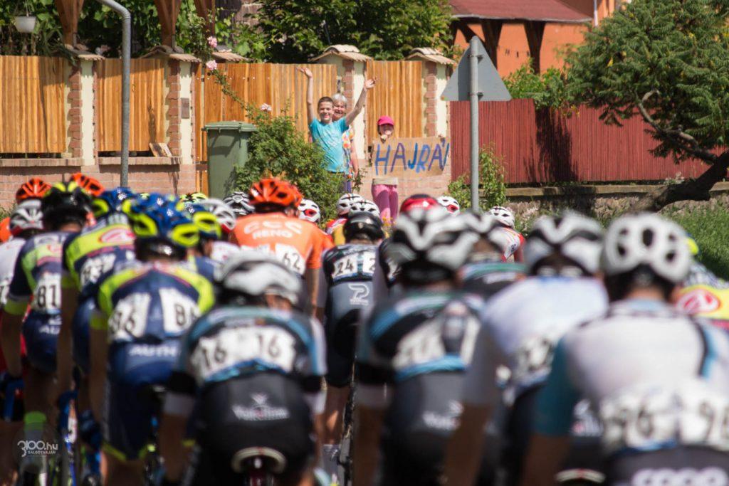 3100.hu Fotó: A Tour de Hongrie mezőnye közelít Nádújfaluhoz a 23-as számú úton 2019. június 13-án