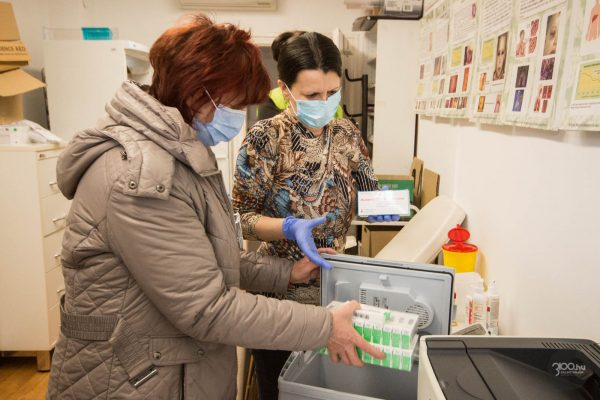 3100.hu Fotó: Koronavírus elleni vakcinát vesznek át a salgótarjáni háziorvosok körzetek dolgozói a Nógrád Megyei Kormányhivatal Népegészségügyi Főosztályán Feketéné dr. Zeke Ildikó megyei tisztifőorvostól 2021. március 4-én