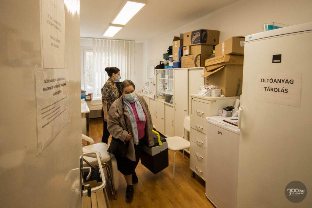 3100.hu Fotó: Koronavírus elleni vakcinát vesz át Dr. Ottmár Piroska háziorvos a Nógrád Megyei Kormányhivatal Népegészségügyi Főosztályán Feketéné dr. Zeke Ildikó megyei tisztifőorvostól 2021. március 4-én