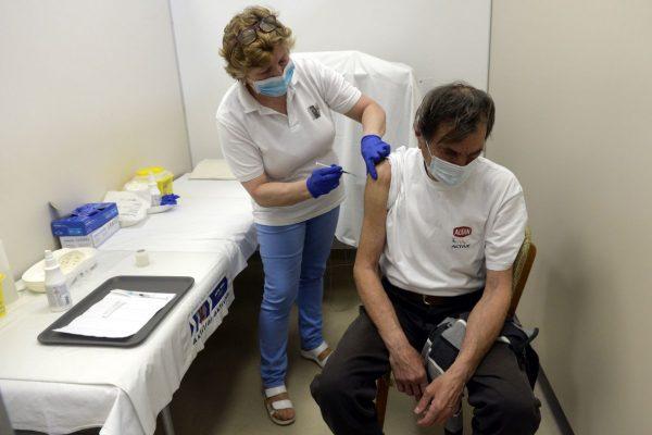 Golyán Tamásné szakápoló az orosz Szputnyik V koronavírus elleni vakcina második adagjával olt be egy idős férfit a Balassagyarmati Dr. Kenessey Albert Kórház-Rendelőintézet oltópontján 2021. március 13-án (Fotó: MTI/Kovács Attila)