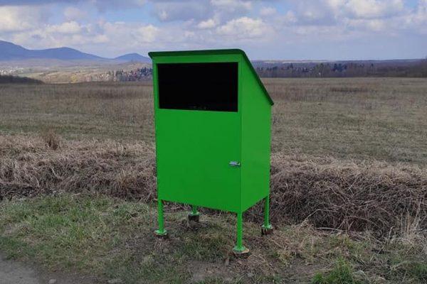 Kiemelt fotó: Nagynyílású hulladékgyűjtő Diósjenő bevezetőútján (Fotó: Glöckl Ferenc)