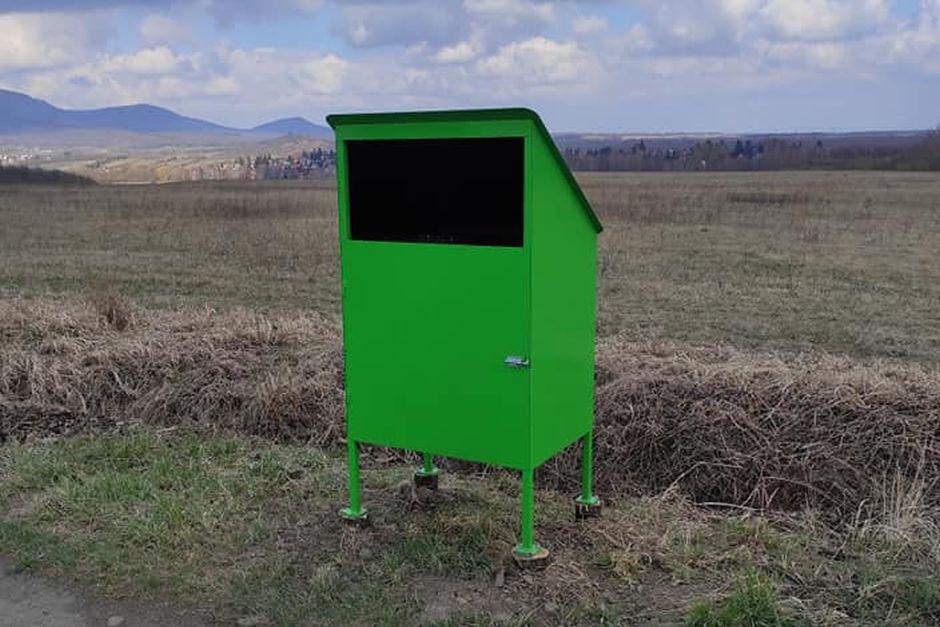 Nagynyílású hulladékgyűjtő Diósjenő bevezetőútján (Fotó: Glöckl Ferenc)