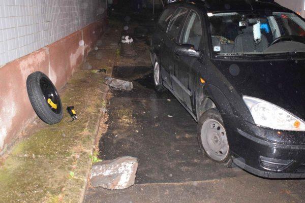 A sofőr nekihajtott az egyik kőnek, emiatt autójának jobb első kereke kitört (Fotó: Nógrád Megyei Rendőr-főkapitányság)