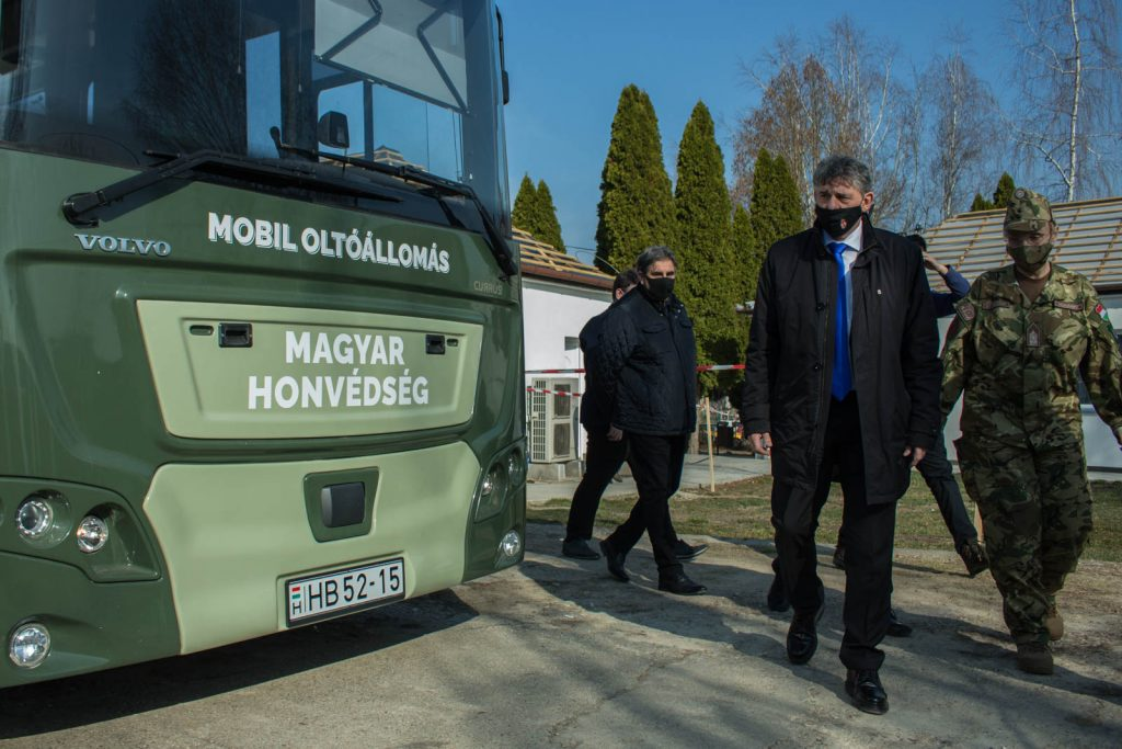 A Magyar Honvédség oltóbusza Nőtincs községben, 2021. március 27-én (Fotó: Nógrád Megyei Kormányhivatal   Facebook)
