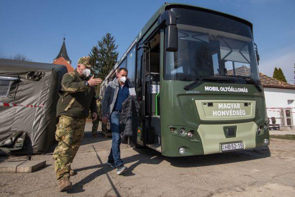 A Magyar Honvédség oltóbusza Nőtincs községben, 2021. március 27-én (Fotó: Nógrád Megyei Kormányhivatal | Facebook)