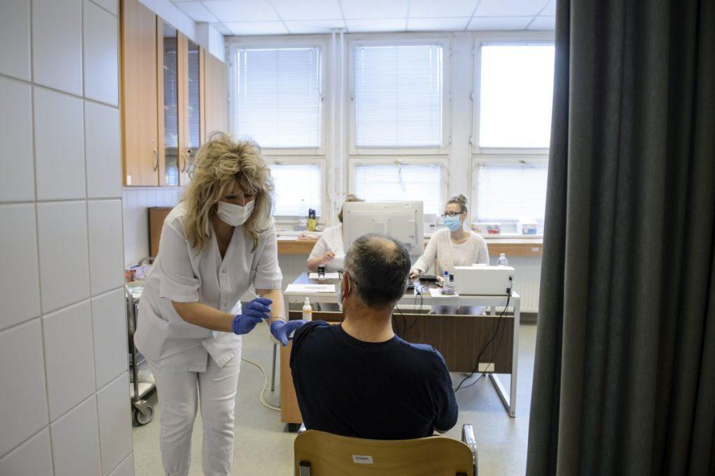 Juhász Csilla szakápoló beolt egy férfit az orosz fejlesztésű Szputnyik V koronavírus elleni védőoltás második adagjával a salgótarjáni Szent Lázár Megyei Kórház oltópontján 2021. március 23-án (Fotó: MTI/Komka Péter)