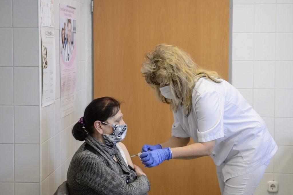 Juhász Csilla szakápoló beolt egy nőt az orosz fejlesztésű Szputnyik V koronavírus elleni védőoltás második adagjával a salgótarjáni Szent Lázár Megyei Kórház oltópontján 2021. március 23-án (Fotó: MTI/Komka Péter)