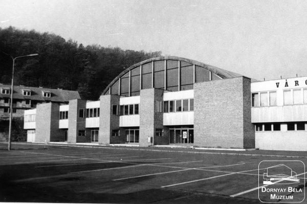 A Salgótarjáni Városi Sportcsarnok épülete az eredeti küzdőtér-kialakításhoz tartozó kupolával (Archív fotó: Dornyay Béla Múzeum)