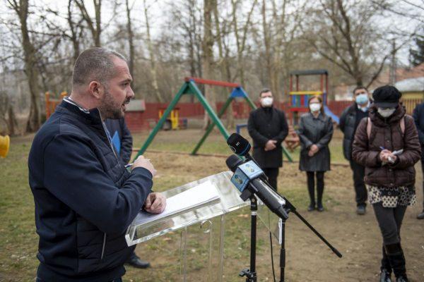 Gyopáros Alpár, a modern települések fejlesztéséért felelős kormánybiztos Sóshartyánban adott részletes tájékoztatás a Magyar falu programról (Fotó: MTI/Komka Péter)
