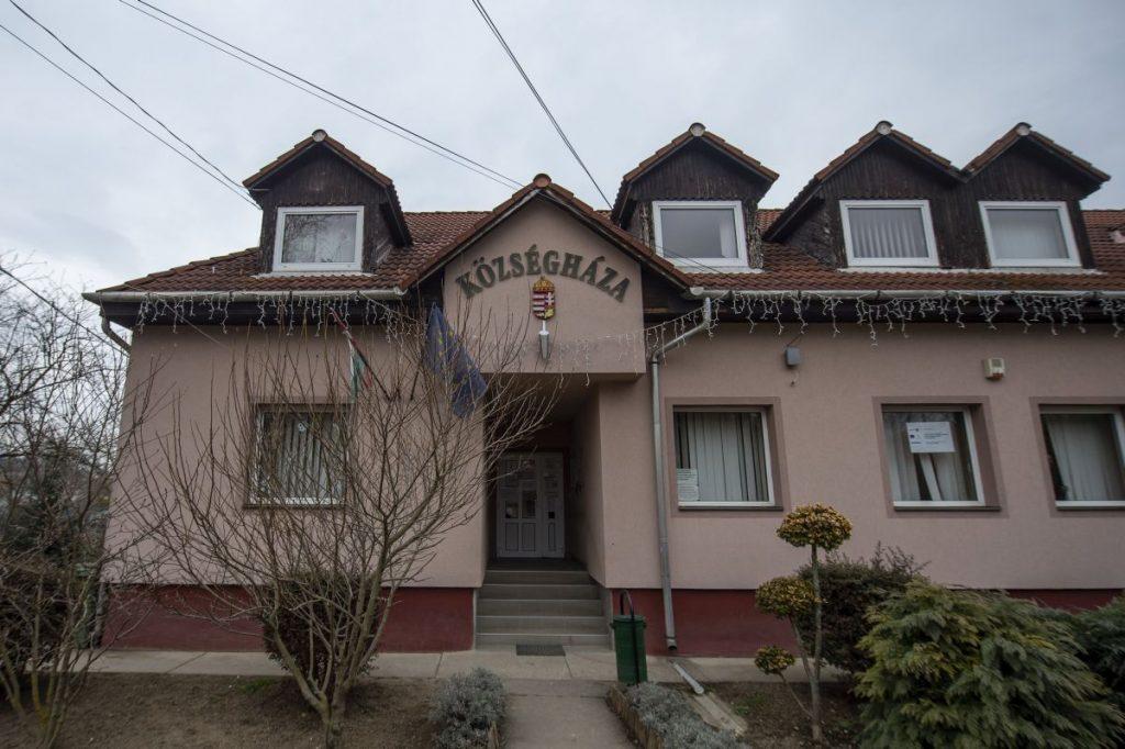 A községháza a Nógrád megyei Sóshartyánban a Magyar falu program forrásainak köszönhetően elkészült és folyamatban lévő projektek megtekintésén 2021. március 5-én (Fotó: MTI/Komka Péter)
