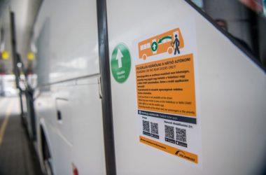 A hátsó ajtókon történő felszállásra figyelmeztető felirat a Volánbusz egyik autóbuszán (Fotó: MTI/Balogh Zoltán)