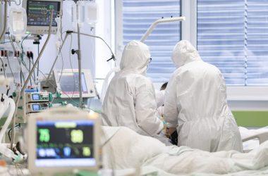 Illusztrációs fotó: Lélegeztetett betegeket ápolnak a fehérgyarmati kórház koronavírussal fertőzött betegek fogadására kialakított intenzív osztályán (Fotó: MTI/Balázs Attila)