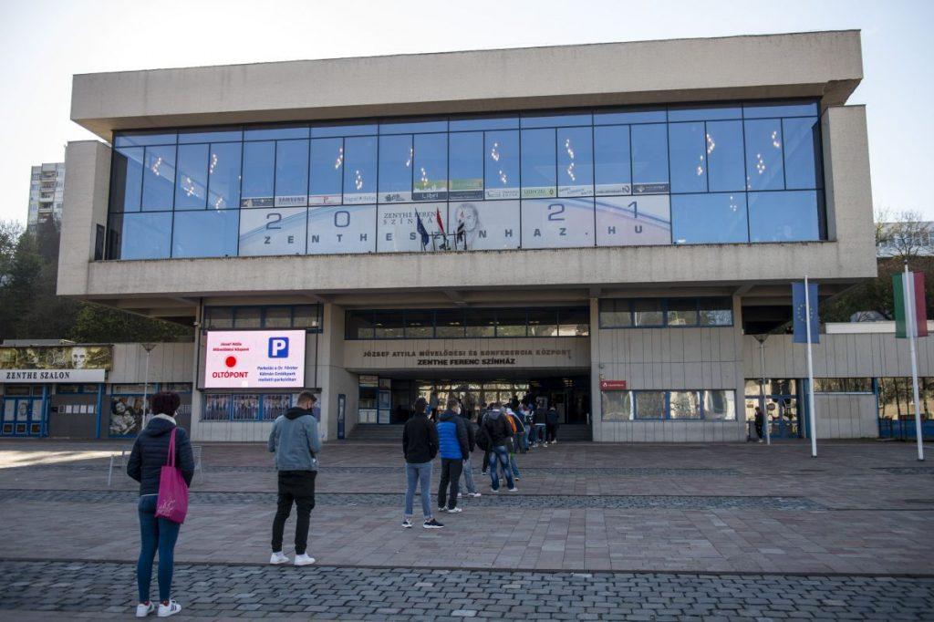 Várakozók a salgótarjáni József Attila Művelődési Központban kialakított oltópont előtt 2021. április 26-án (Fotó: MTI/Komka Péter)