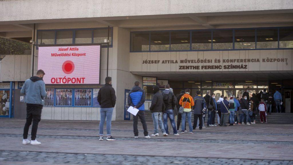 Várakozók a salgótarjáni József Attila Mûvelődési Központban kialakított oltópont előtt 2021. április 26-án (Fotó: MTI/Komka Péter)