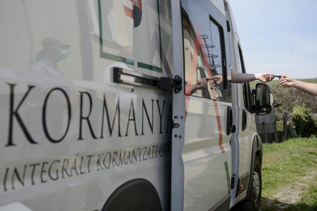 Kormányablakbusz Karancslapujtőn (Fotó: MTI/Komka Péter)