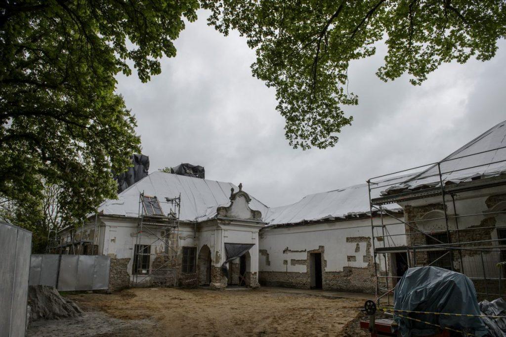 A felújítás alatt álló Benczúr-kúria az épület turisztikai fejlesztésének alapkőletételén Szécsény Benczúrfalva településrészén 2021. május 14-én (Fotó: MTI/Komka Péter)