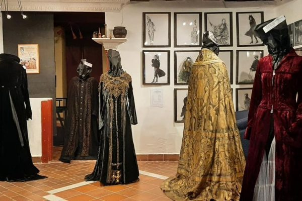 Jelmezkiállítással nyitották újra a Tolnay Klári Emlékházat Mohorán (Fotó: Tolnay Klári Emlékház | Facebook)