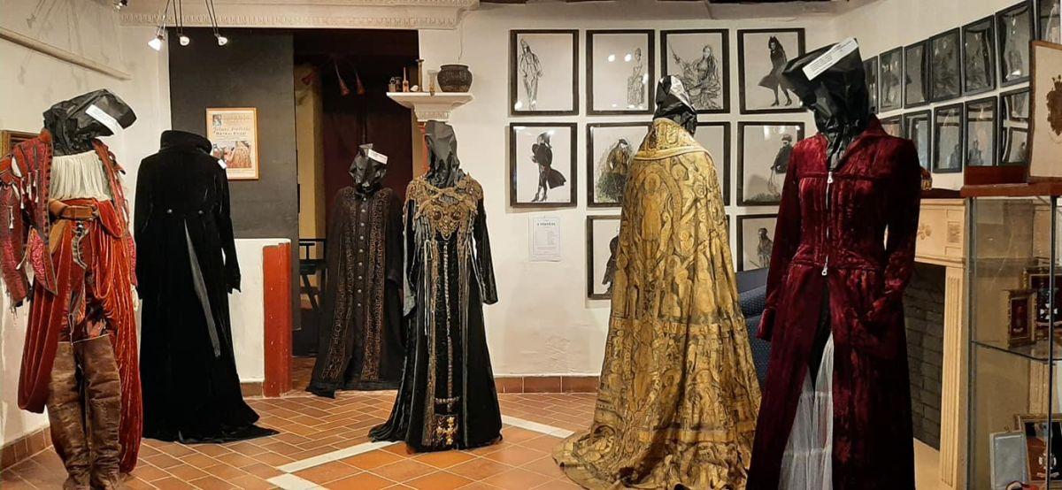 Jelmezkiállítással nyitották újra a Tolnay Klári Emlékházat Mohorán (Fotó: Tolnay Klári Emlékház   Facebook)