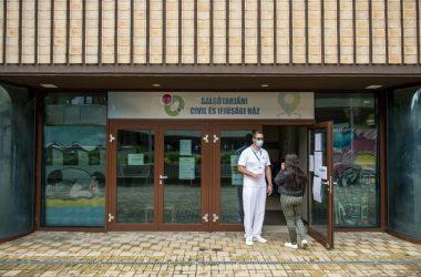 A Salgótarjáni Civil és Ifjúsági Ház bejárata 2021. május 25-én, amikora kínai Sinopharm koronavírus elleni vakcina második adagját adták be itt az érintetteknek (Fotó: MTI/Komka Péter)