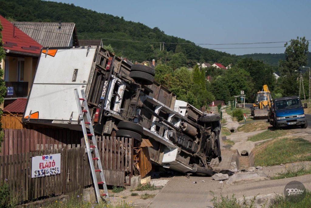 3100.hu Fotó: Ház kerítésére borult kisteherautó Karancsalján, 2021. július 6-án reggel